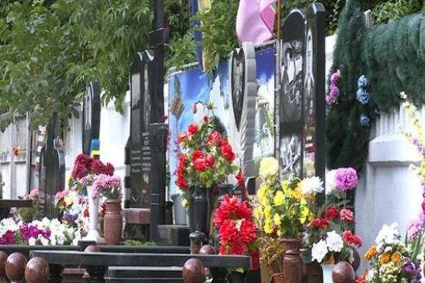 В Виннице женщина продавала цветы с могил бойцов АТО, чтобы купить алкоголь