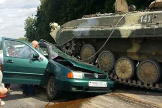 В Беларуси БМП раздавил Volkswagen с водителем внутри