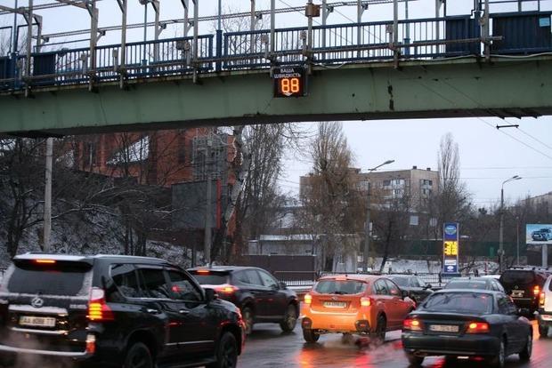 В Киеве установили информационное табло контроля скорости автомобилистов