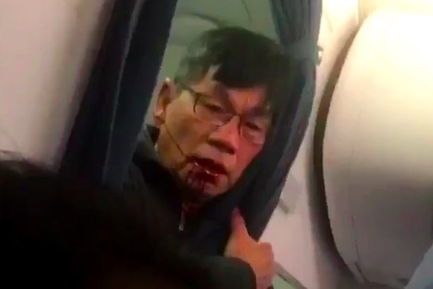 Авиакомпания United потеряла $750 млн после того, как выбросила пассажира с рейса