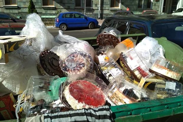 Елітний одеський супермаркет наповнив смітники тортами