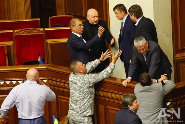 Госохрана попросит Раду запретить депутатам проносить оружие в парламент