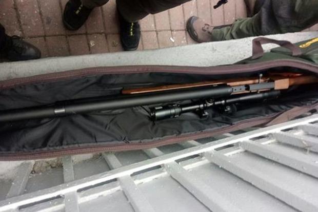 Полиция сообщила, что грозит снайперу, шедшему с оружием под Раду
