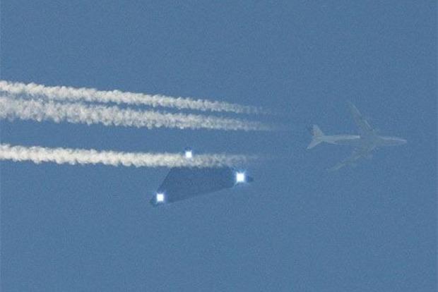 «Мистический полёт»: НЛО с тремя огнями преследовал пассажирский самолёт