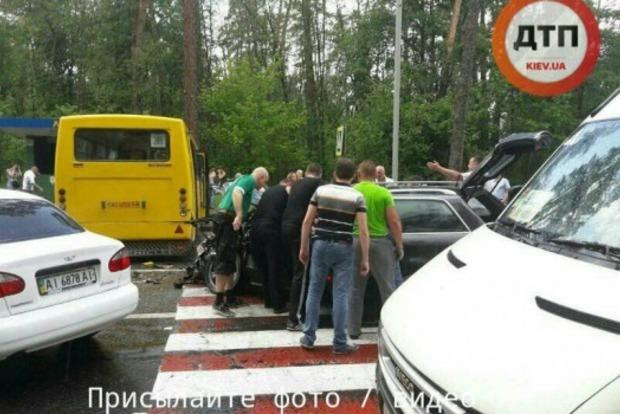 В Киеве столкнулись автомобиль и маршрутка: 10 пострадавших