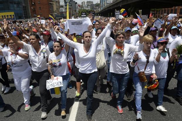 Тысячи женщин в Венесуэле вышли на протест против президента