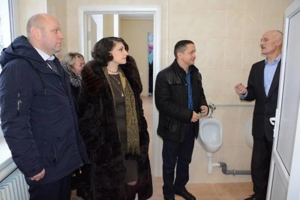 Як чиновники у шубах урочисто відкрили шкільний туалет під Вінницею