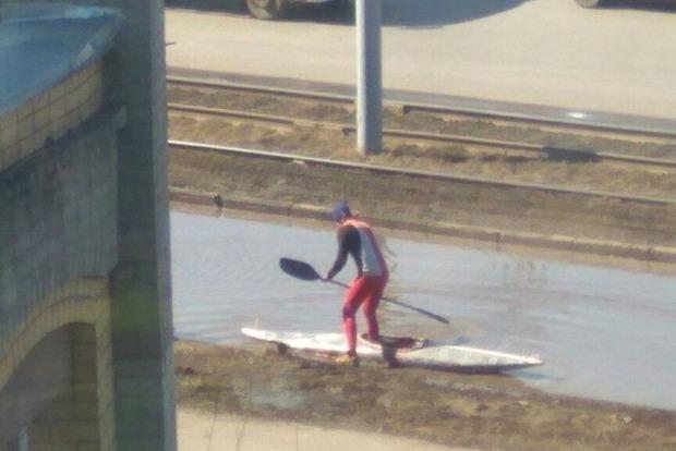 Житель Омска устроил «заплыв» на байдарке по городской луже