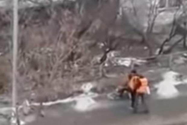 Замість асфальту поклали один одного: в мережу потрапило відео бійки комунальників