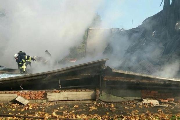 Серйозна пожежа у школі під Києвом: обвалився дах і стіни