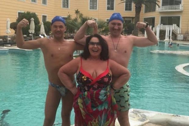 Бассейн вышел из берегов: Бабкина в купальнике удивила публику
