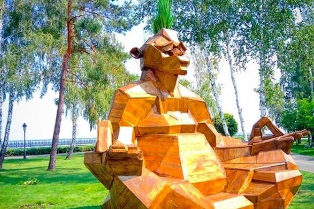 В Межигорье поставили памятник Януковичу в необычной позе
