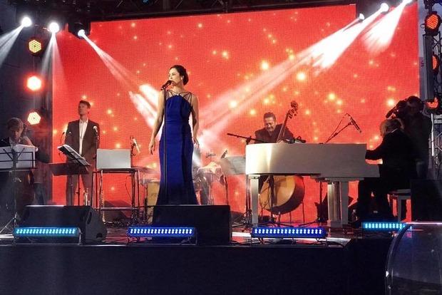 Жена мэра Киева Наталья Кличко устроила сольный концерт на крыше ЦУМа