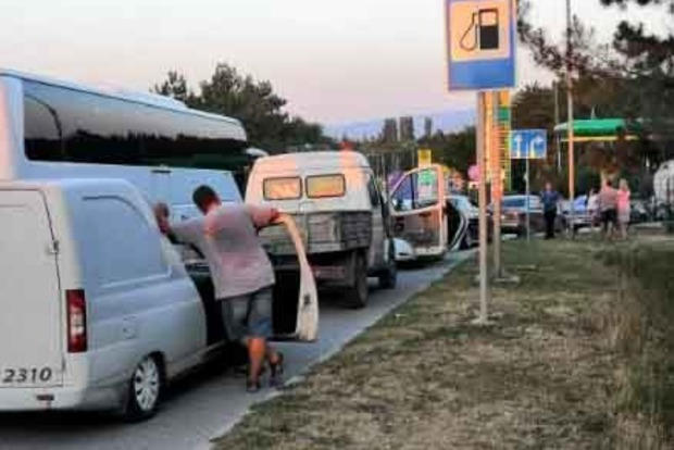 У мережу потрапило свіже фото черзі на АЗС у Криму