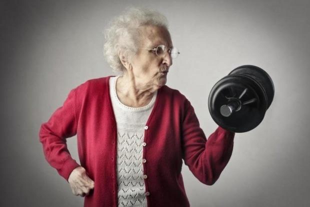 Медики рассказали, нужны ли людям старше 70 штанги и гантели