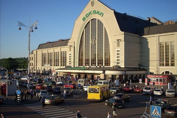 В Киеве ночью с железнодорожного вокзала эвакуировали более 400 человек