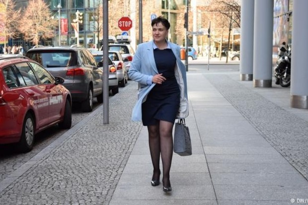 Савченко в Берлине устроила фотосессию в платье и на высоких каблуках