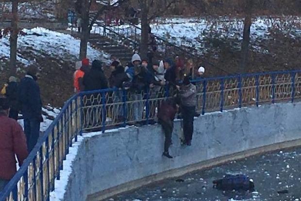 В Киеве мужчина спас тонущего в ледяном озере ребенка