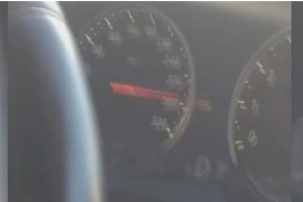 Спешащий в аэропорт водитель разогнал авто до 300 км/ч. Правда или фэйк?