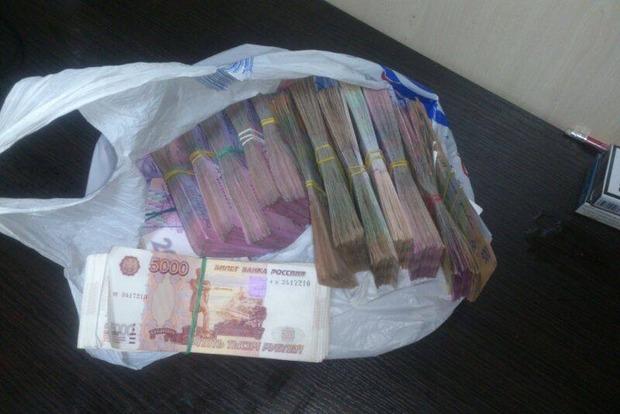 СБУ не пропустила на окуповані території півмільйона гривень і більше двох мільйонів рублів