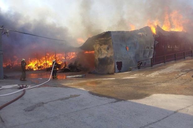 Под Киевом произошел сильный пожар на суконной фабрике
