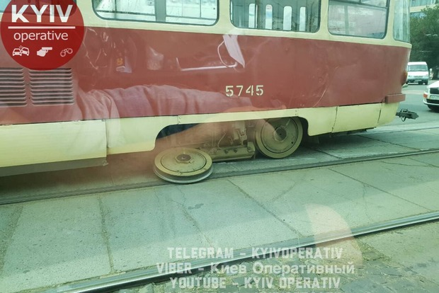 Комфорт за 8 гривен: в Киеве у трамвая отвалилось колесо