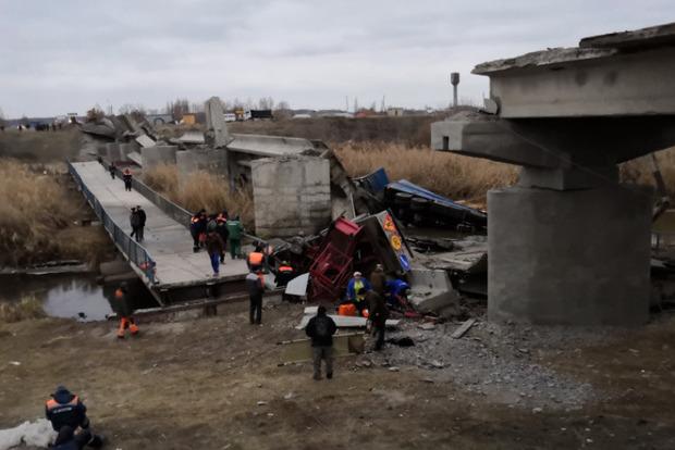 Вместе с грузовиками: в России обрушился очередной мост