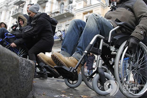 С 1 декабря Кабмин обещает увеличение соцпомощи людям с инвалидностью