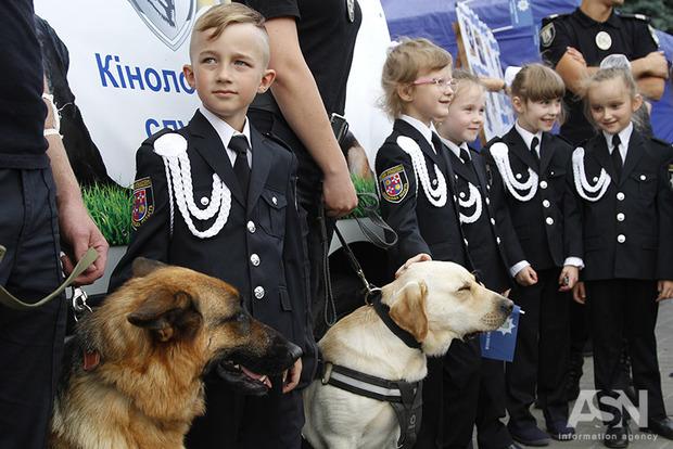 Как на Майдане детишки поздравляли полицию с праздником