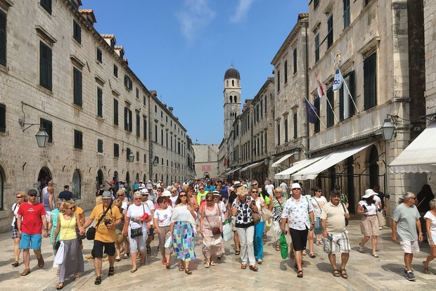 В Европе все больше ненавидят туристов, которые миллионами тянутся к этому островку безопасности