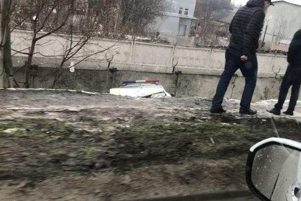 Двое полицейских на машине слетели с моста в Одессе