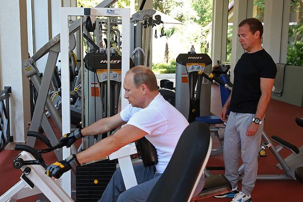 Ножку подвернул: В России пояснили, куда пропал Медведев