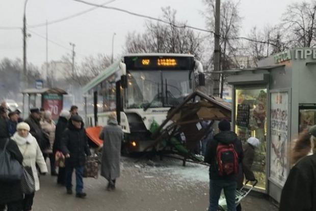 ВМоскві двоє людей загинули внаслідок в'їзду автобуса взупинку громадського транспорту