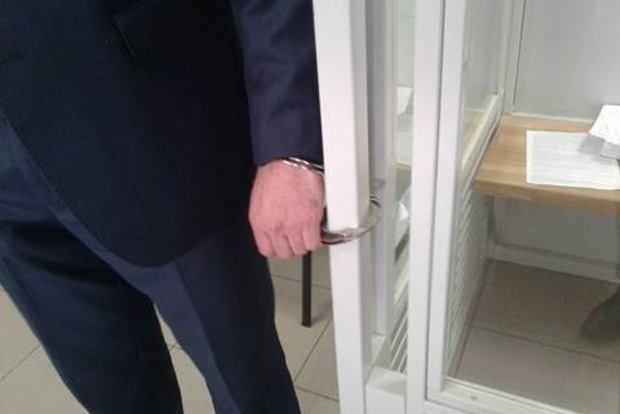 Адвокат экс-беркутовца приковал себя наручниками, протестуя против действий Апелляционного суда Киева