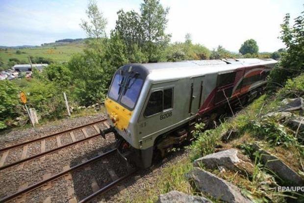 Даже не проснулась: поезд проехал над спящей между рельсами женщиной