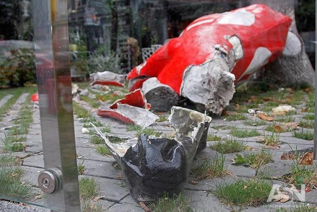 Активисты «Нацкорпуса» разгромили летнюю площадку офиса Балашова и отрубили голову корове