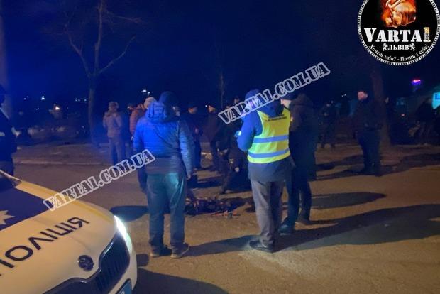 Ужасное ДТП во Львове: крышка люка влетела в авто и убила ребенка