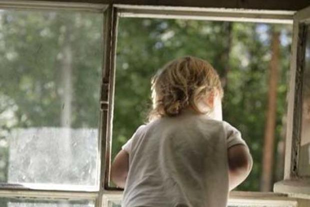 В Днепродзержинске с начала года шестеро детей выпали из окон