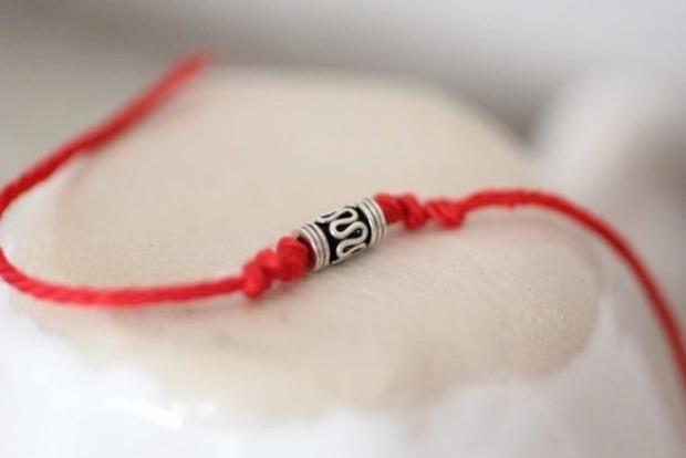 Затемнення посилить дію червоної нитки: езотерик розкрила особливості ритуалу