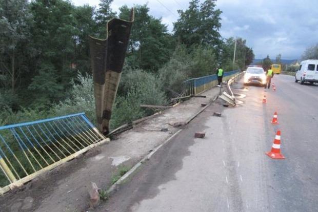 В Ивано-Франковской области автомобиль упал в реку, есть погибший