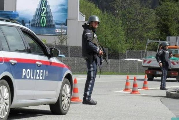 В Австрии неизвестный захватил заложника в здании банка