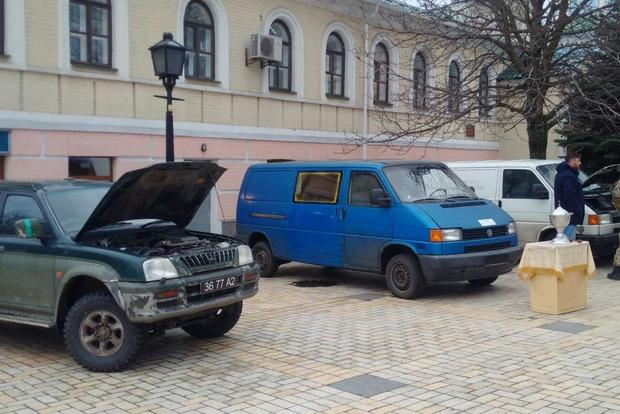 В Киеве освятили волонтерские автомобили для АТО