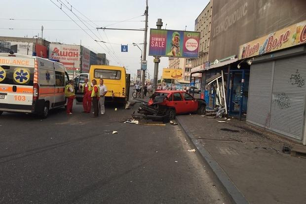 В Киеве машина влетела в остановку, есть погибшие (фото)