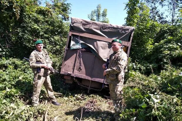 На Сумщине пограничники со стрельбой остановили УАЗ из РФ