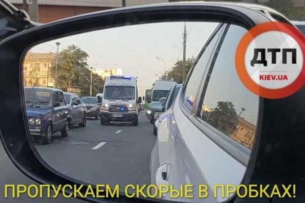 В Киеве водители в мертвой пробке создали коридор для «скорой»
