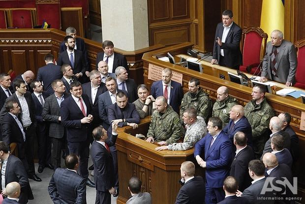 Управление государственной охраны выясняет, как в зал парламента смогли зайти военные