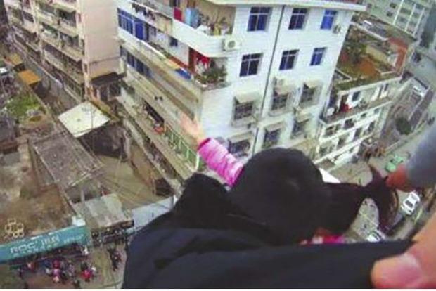 В Китае мужчина поймал жену за волосы и спас от падения с многоэтажки