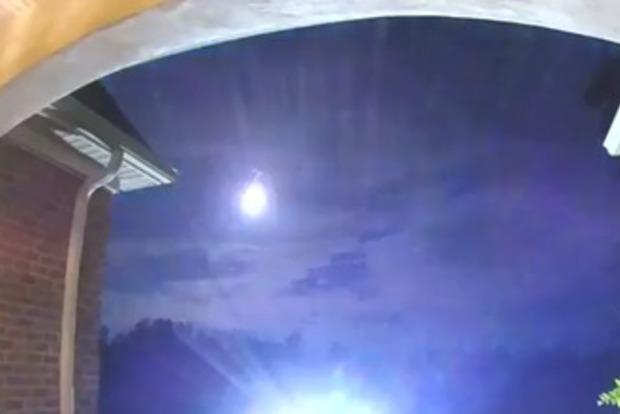 В небе над США сняли гигантский сияющий шар