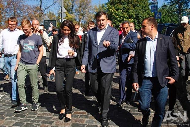 Саакашвили получил из АП документы о лишении его гражданства и идет в суд
