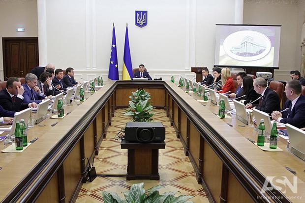 Каждому министерству - по директорату. Кабмин набирает 1 тыс. работников с зарплатой 50-70 тыс. грн